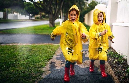 Tips Memilih Jas Hujan Anak