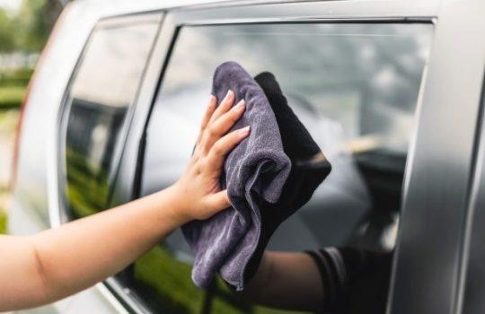 Tips Cara Mudah Membersihkan Kaca Mobil dari Jamur